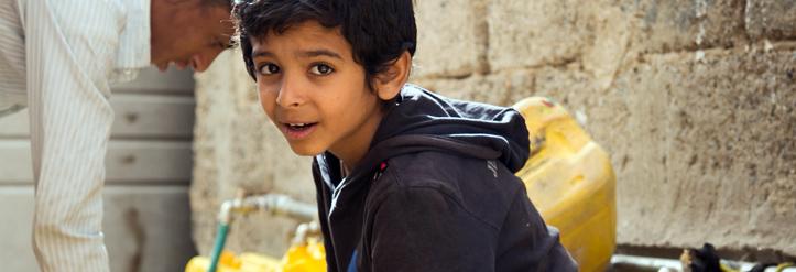 Foto: Jeminitischer Junge an Wasserausgabestelle