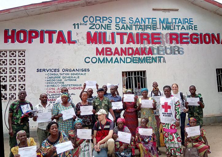 Teilnehmer zeigen stolz ihre Zertifikate vor dem Hospital in Mbandaka.