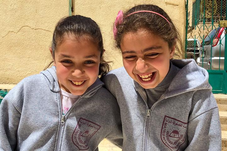 Foto: zwei kichernde Mädchen in Jordanien