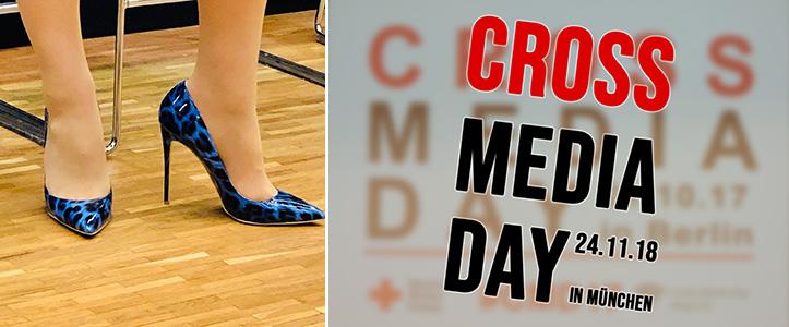 Dorothee Bärs Schuhe und das Logo des Cross Media days 2018