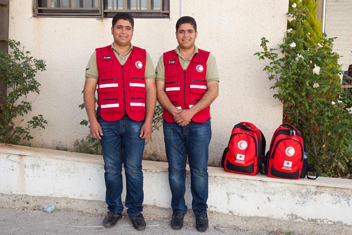 Foto: zwei syrische Zwillige sind Helfer beim Jordanischen Roten Halbmond