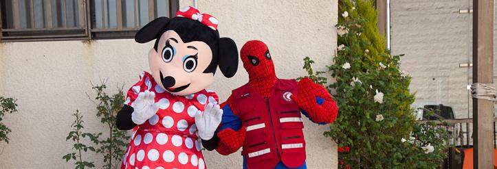 Foto: Zwei Personen in Minnie-Maus- und Spiderman-Kostüm