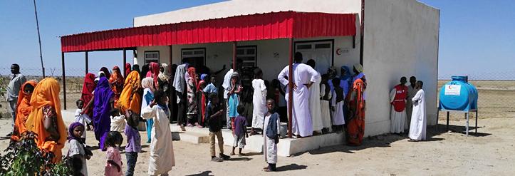 Foto: Menschen vor der Erste-Hilfe-Station in Garguf