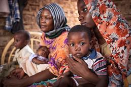 Foto: Gruppe von Müttern in Kindern im Sudan