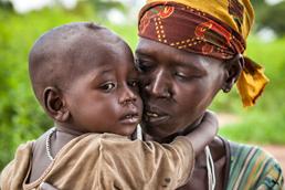 Foto: afrikanisches Kleinkind schmiegt sich an seine Mutter