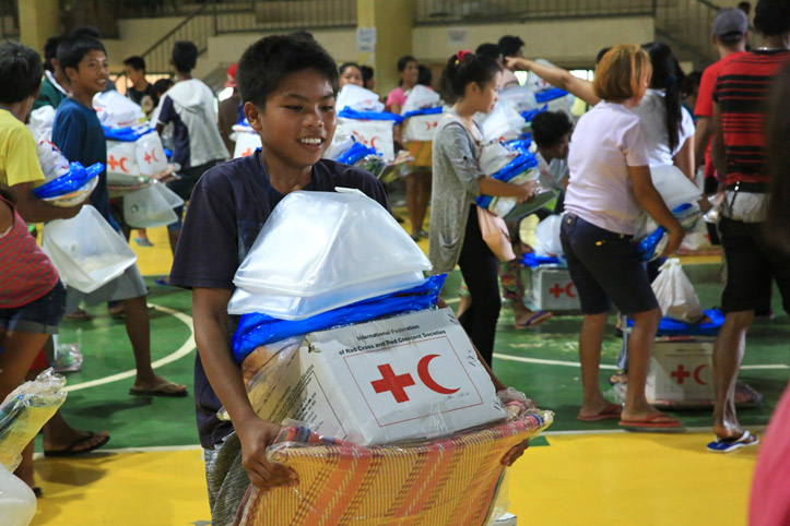 Foto: ein phlippinischer Junge bei einer Hilfsgüterverteilung