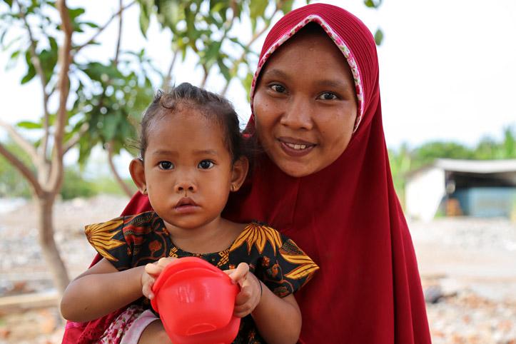 Indonesische junge Frau mit ihrer Tochter
