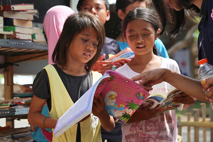 Als psychosoziale Hilfe lesen Kinder Bücher