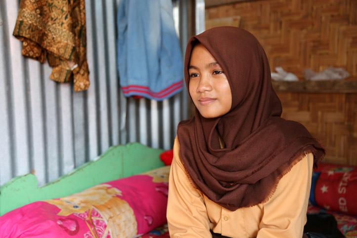 Indonesisches Mädchen in ihrer Notbehausung