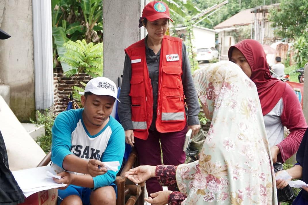 Helfer auf Java bei einer Hilfsgüterverteilung