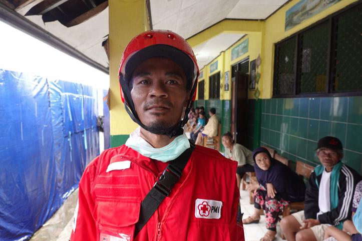 Sanitäter des Indonesischen Roten Kreuzes mit Schutzhelm