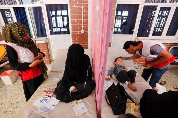 Foto: Zwei JRH-Freiwillige kümmern sich um Patienten
