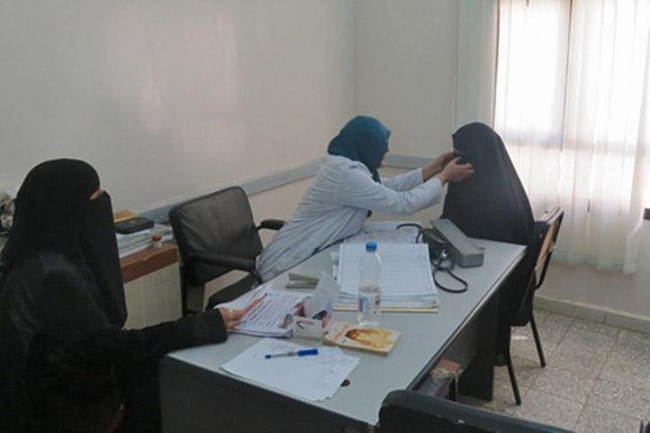 Foto: Ärztin im Jemen untersucht eine Patientin