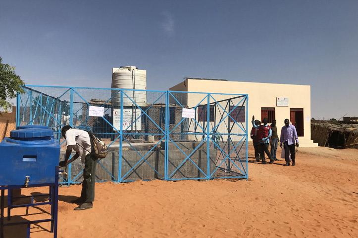 Foto: Ein Schulgebäude mit Wasserreservoir und Handwascheinrichtungen im Sudan