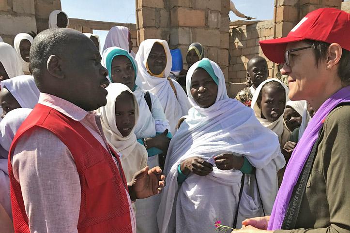 Foto: Foto: Gespräch einer DRK-Mitarbeiterin mit Schülerinnen und Lehrerinnen