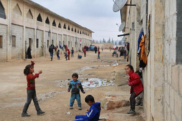 Foto: Kinder spielen zwischen den Unterkünften des Lagers in Jebreen