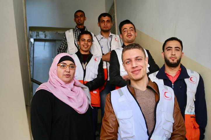 Foto: Eine Gruppe von Helfern des Foto: Palästinensischen Roten Halbmonds