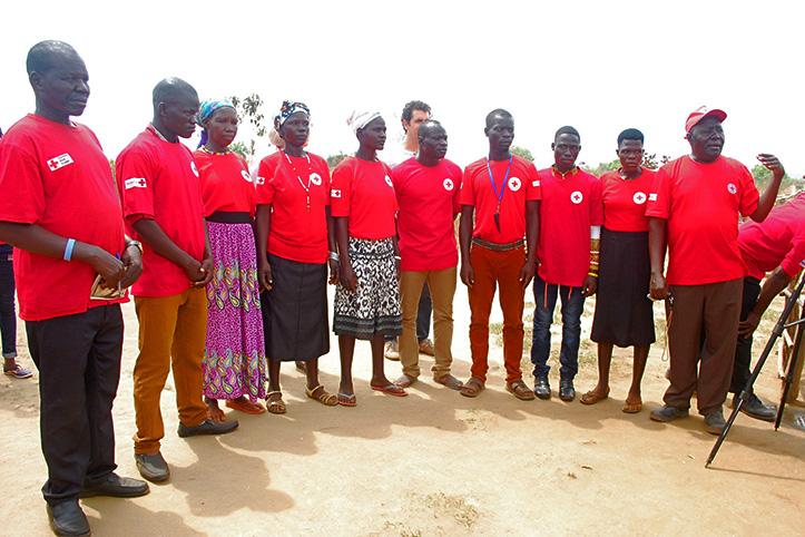 Foto: Eine Gruppe von Menschen in Uganda in Rotkreuz-T-Shirts