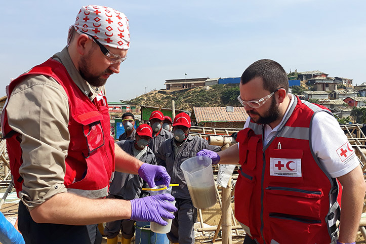 Foto: Rotkreuzhelfer nehmen Wasserproben