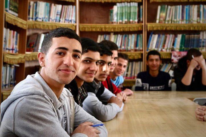 Foto: Schüler aus dem Gazastreifen sitzen am Tisch