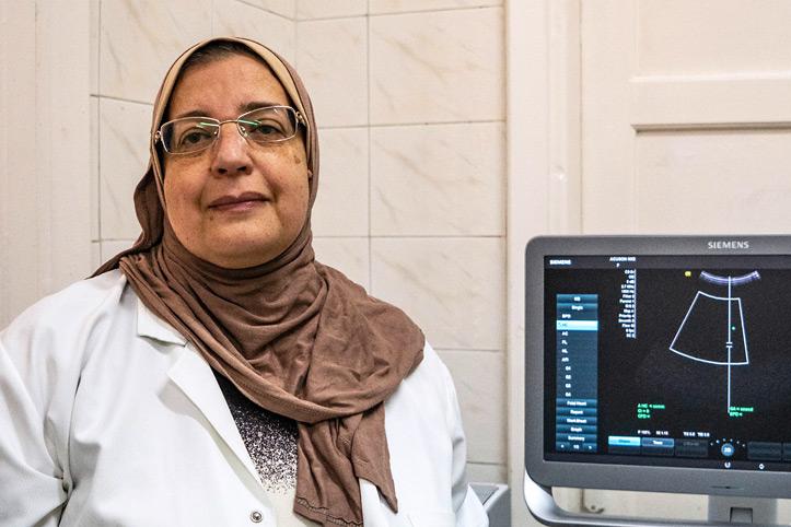 Mitarbeiterin vor Ultraschallgerät im Krankenhaus in Alexandria