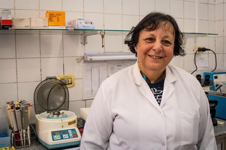 Rothalbmond-Mitarbeiterin steht im Krankenhauslabor