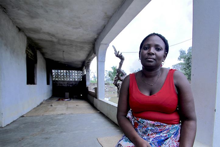 Portrait von Ana Jamisse unter einem Vordach