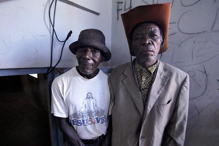 Foto: Zwei mosambikanische Senioren in einem Hauseingang