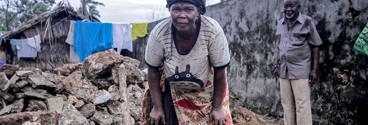 Foto: Eine Frau durchsucht die Überreste ihres Hauses auf der Insel Ibo.