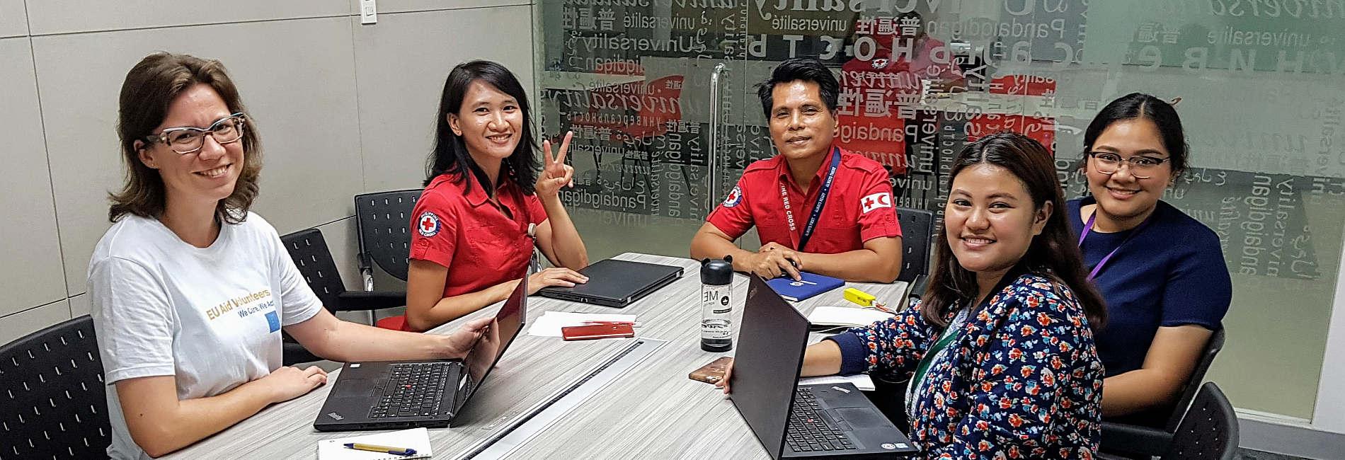 Janina Jasper und ihre Kolleginnen und Kollegen vom Philippinischen Roten Kreuz