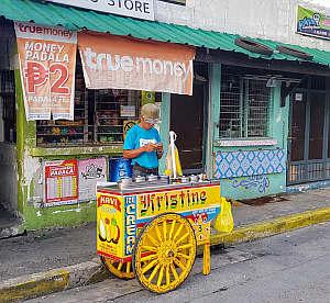 Straßenecke in Manila mit Streetfood-Wagen