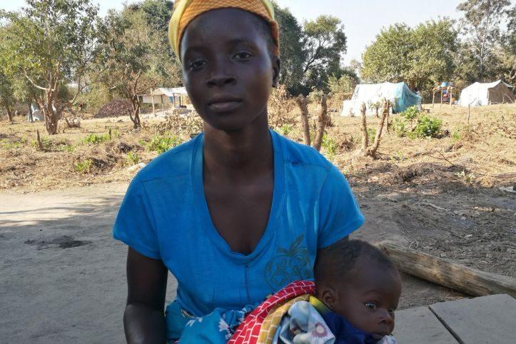 Eine junge Frau in Mosambik erhält Hilfe vom Roten Kreuz