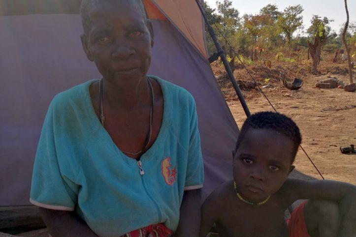 Teresa und ihr Enkel - Betroffene von Wirbelsturm Idai