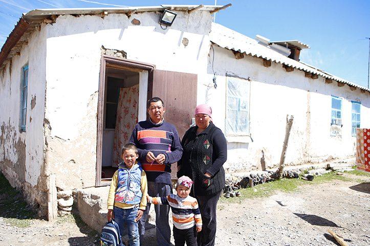 Foto: Kirgisische Familie vor ihrem Haus