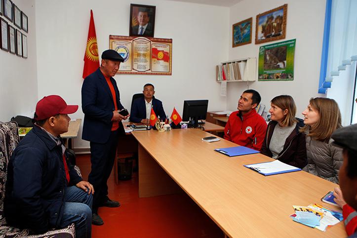 Kirgistan: Rotkreuzmitarbeiter im Gespräch in einem Büro