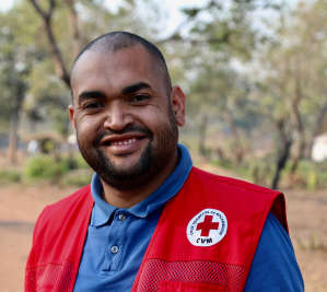 Portrait eines Rotkreuzhelfers aus Mosambik