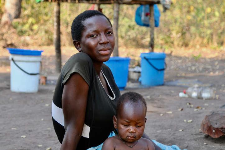 Mosambikanerin mit Kleinkind nach Zyklon Idai