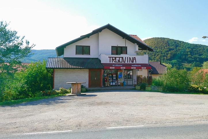 Ein Haus vor Bergen in Bosnien-Herzegowina