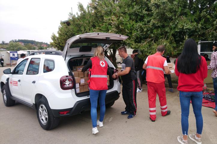 Rotkreuz-Helfer in Bosnien holen Hilfsgüter aus Auto