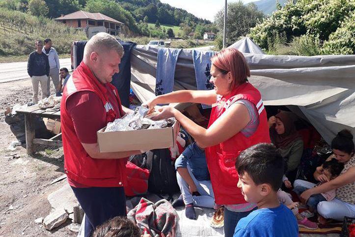 Foto: Flüchtlingshelfer und Flüchtlinge in Bosnien-Herzegowina