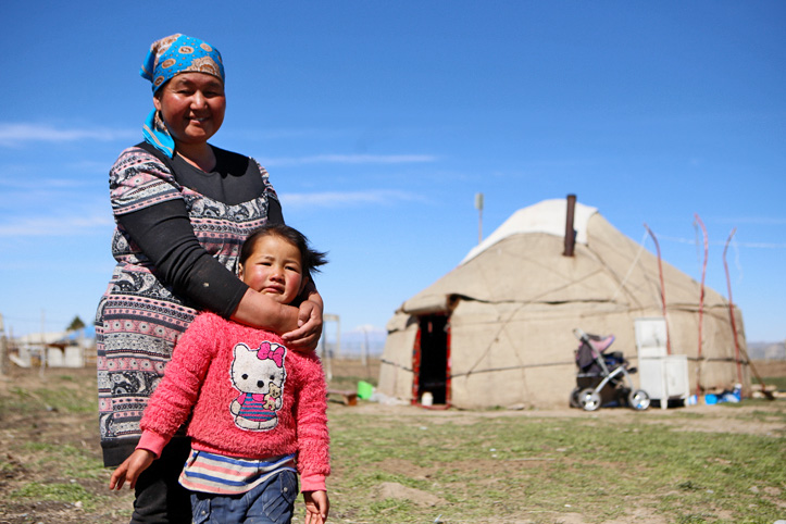 Mutter mit Tochter in Kirgistan vor Jurte