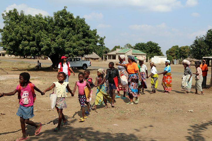 Foto: Kinder und Frauen reihen sich auf