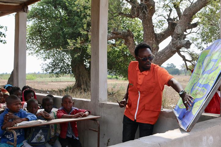 Fotos: Kinder hören einem Rotkreuzmitarbeiter zu