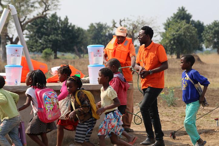 Mosambikanische Kinder an einem Brunnen
