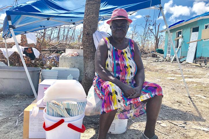 Foto: Von Hurrikan Dorian betroffene Seniorin mit ihren Hilfsgütern