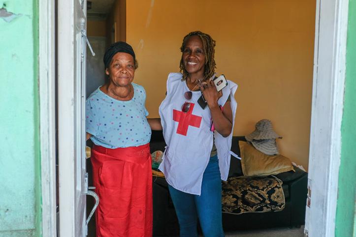 Foto: Seniorin und Rotkreuzhelferin auf den Bahamas