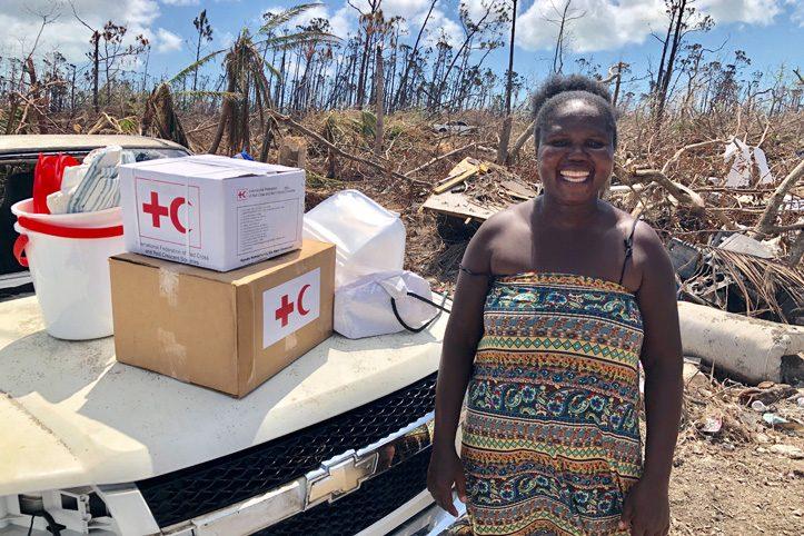 Foto: Frau auf den Bahamas mit ihren Hilfsgütern nach Hurrikan Dorian
