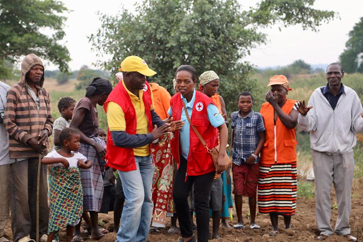 Rotkreuz-Mitarbeiter mit Gemeindemitgliedern in Mosambik