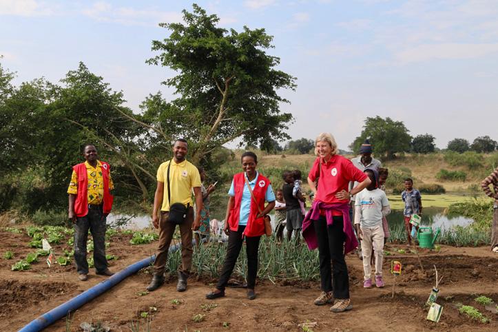 Deutsche und mosambikanische Rotkreuz-Mitarbeiter lachen