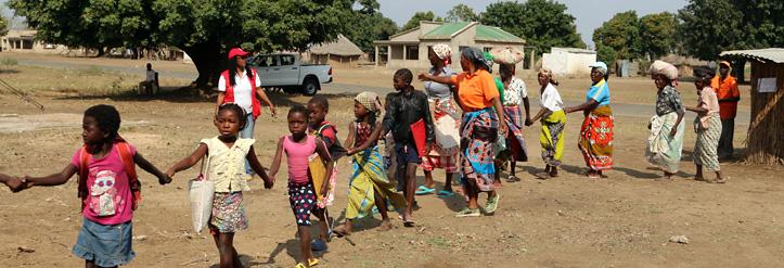 Kinder und Frauen in Mosambik reihen sich auf